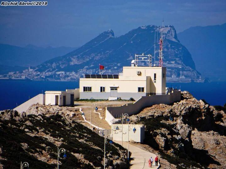 الصورة لرأس ليونا أقصى نقطة شمال المملكة المغربية وأقربها للقارة الأروبية وفي الخلف جبل طارق في الضفة الأوروبية