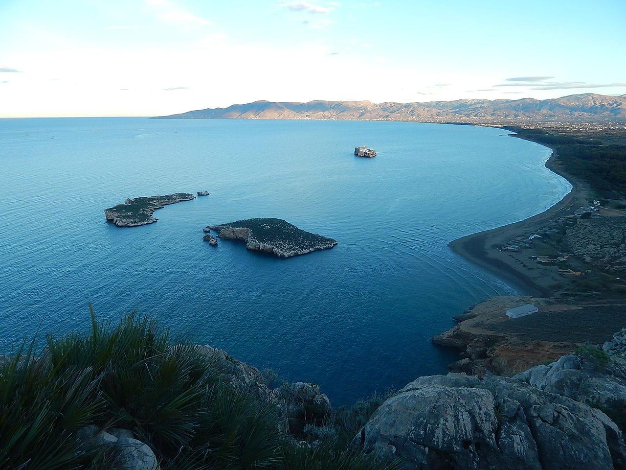 صورة لجزر الحسيمة والساحل المغربي المتوسطي بسلسلة جبال الريف شمال المغرب