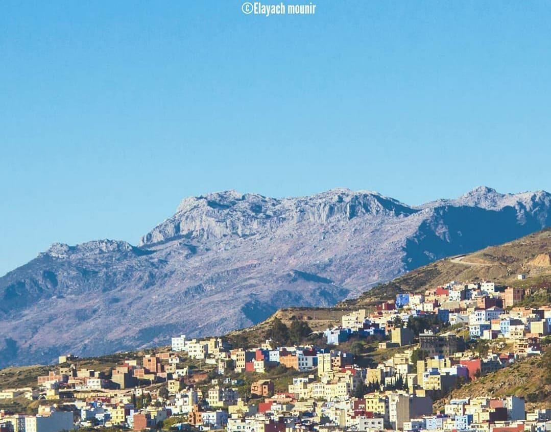 الصورة لمدينة الشاون وخلفها قمة جبل حافة زلطان شمال المغرب بعدسة El Ayach Mounir