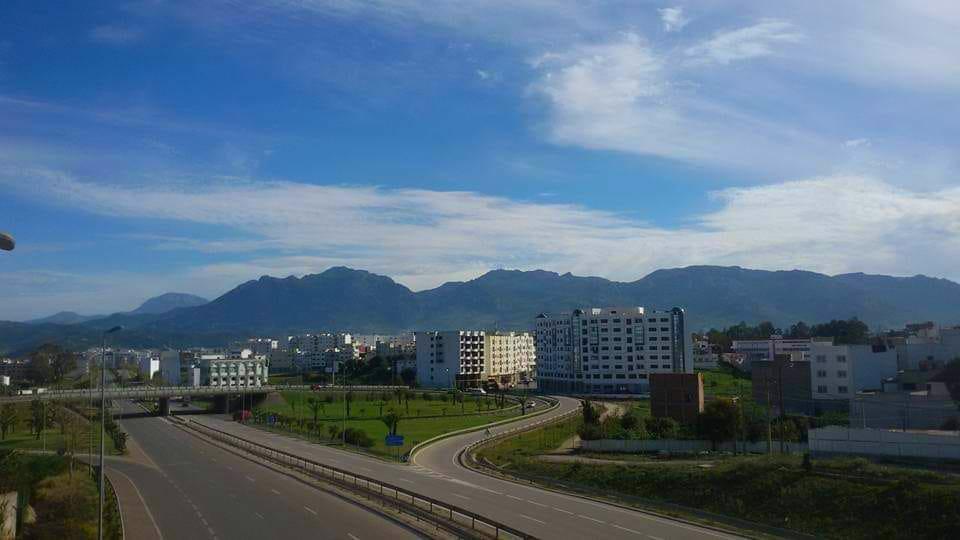 لصورة من الحدود الشرقية لحي بوسافو قرب الطريق السيار، مدينة تطوان
