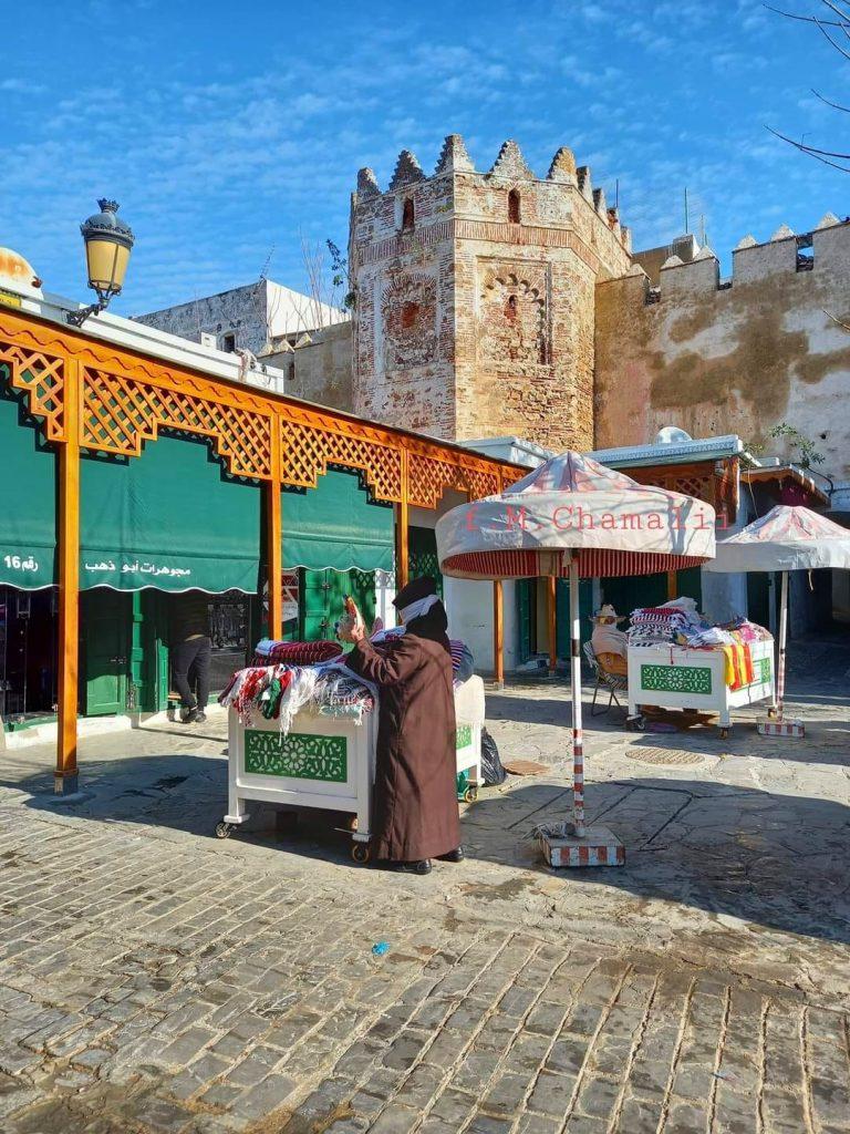 الصورة من سوق الحوت القديم حيث يظهر سور وأبراج مدينة تطوان الأصلية قبل التوسيع الأول