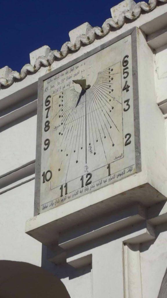لصورة لساعة مسجد الأمة بمدينة تطوان شمال المغرب وتشير فيها الساعة إلى التاسعة صباحا وثلاثون دقيقة تقريبا